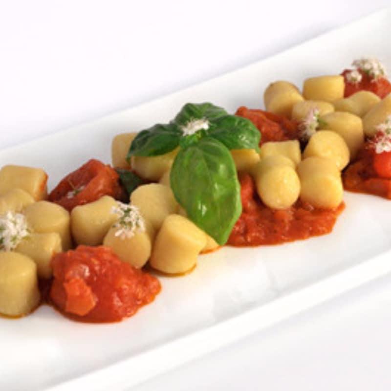 ñoquis de patata en salsa de tomate crudo