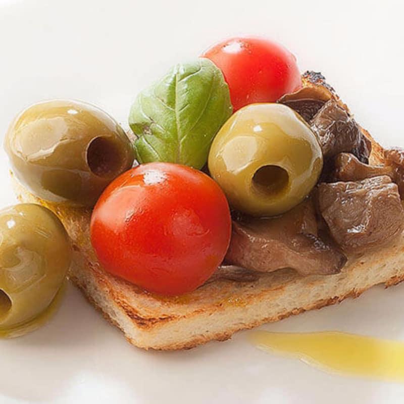 Bruschetta con funghi e olive verdi giganti