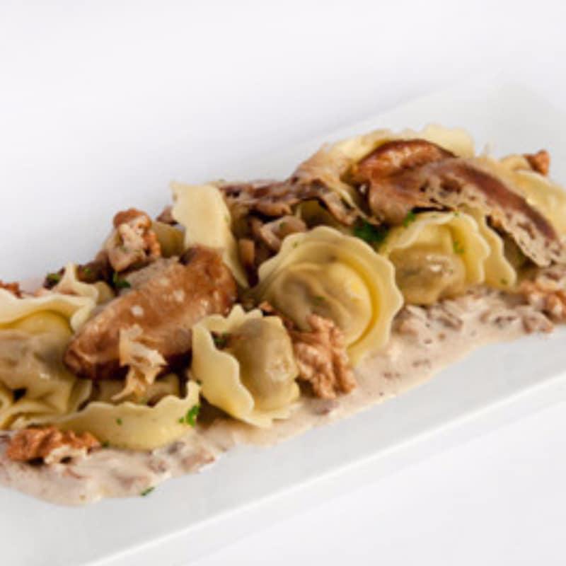 Raviolis con setas con nueces y queso parmesano