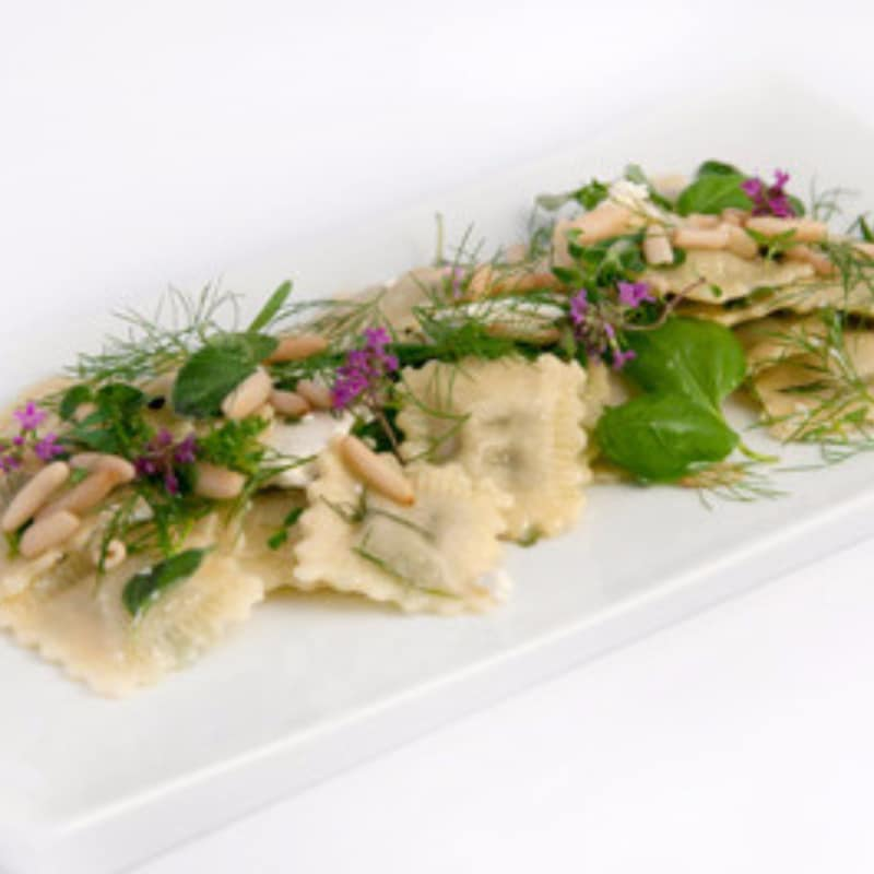Ravioli de ricota, hierbas y piñones