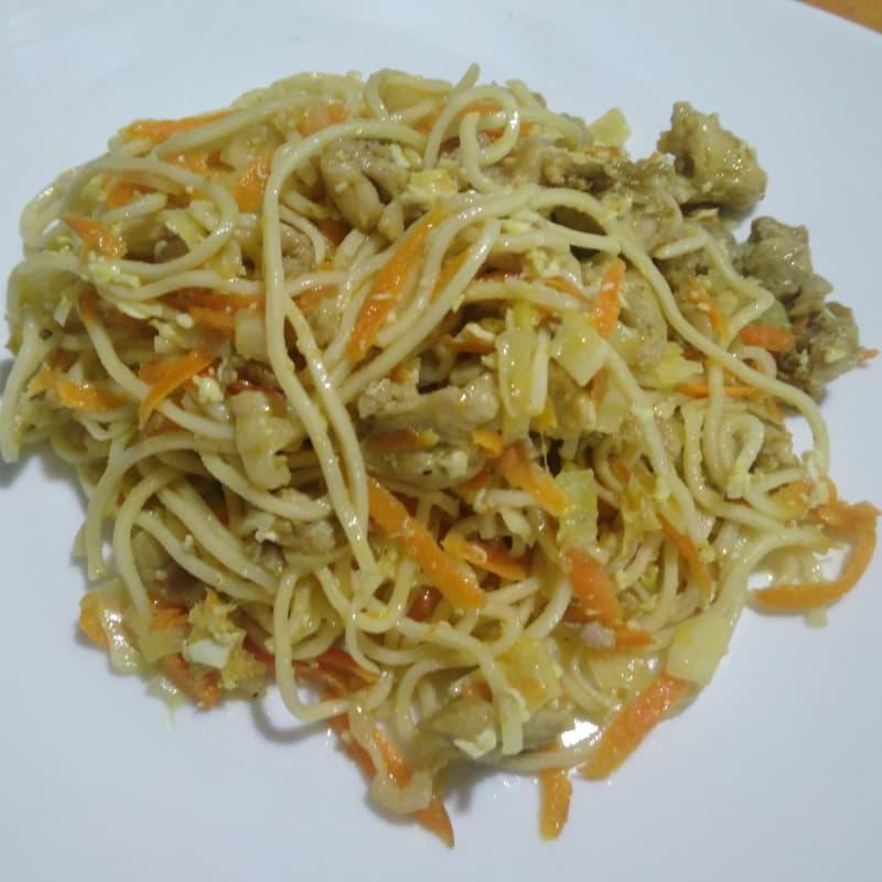 Fideos con verduras y carne