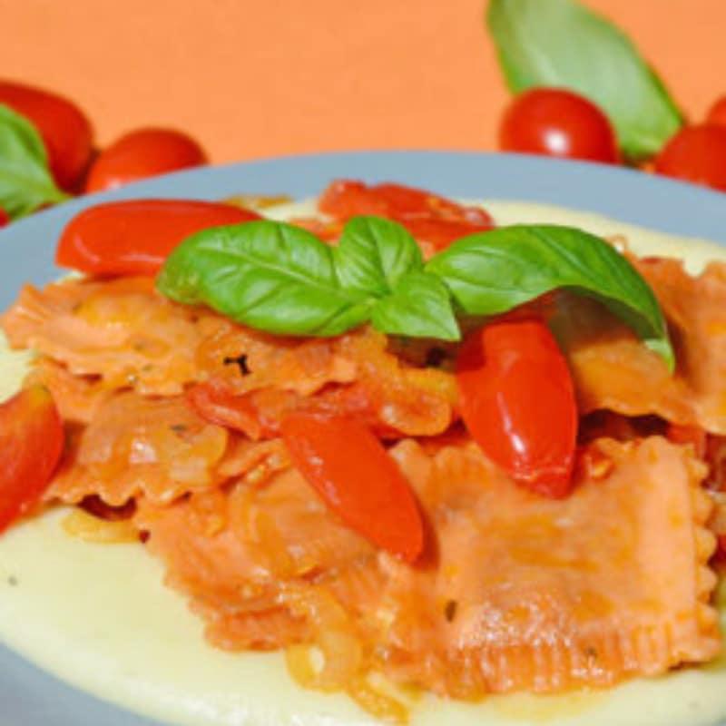Ravioli Mozzarella delattosata e Pomodoro con purè al basilico