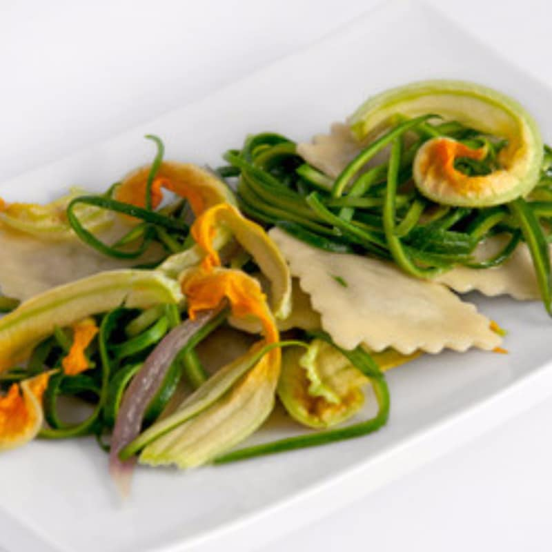 Mozzarisella y ravioli de calabacín con calabacín y flores crema
