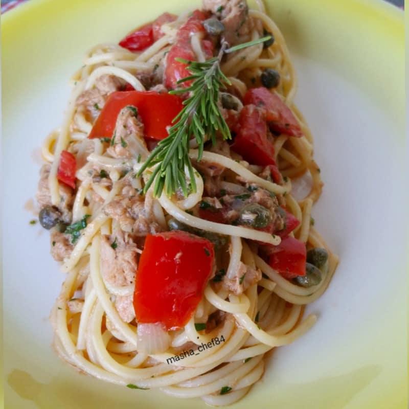 Spaghetti con tonno ed erbette aromatiche
