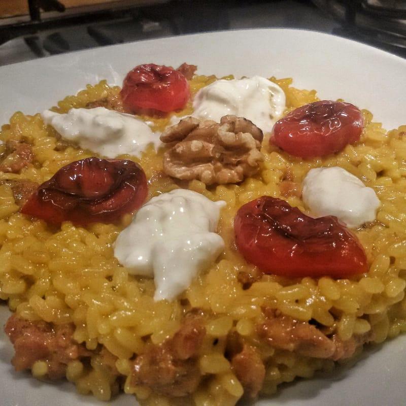 Salchicha y queso gorgonzola risotto con ciruela y copos caramelizada