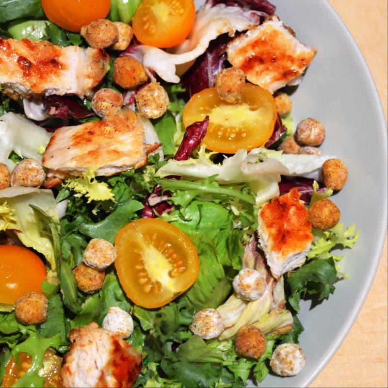 Insalatona a la placa con el pavo, tomates y garbanzos crujientes