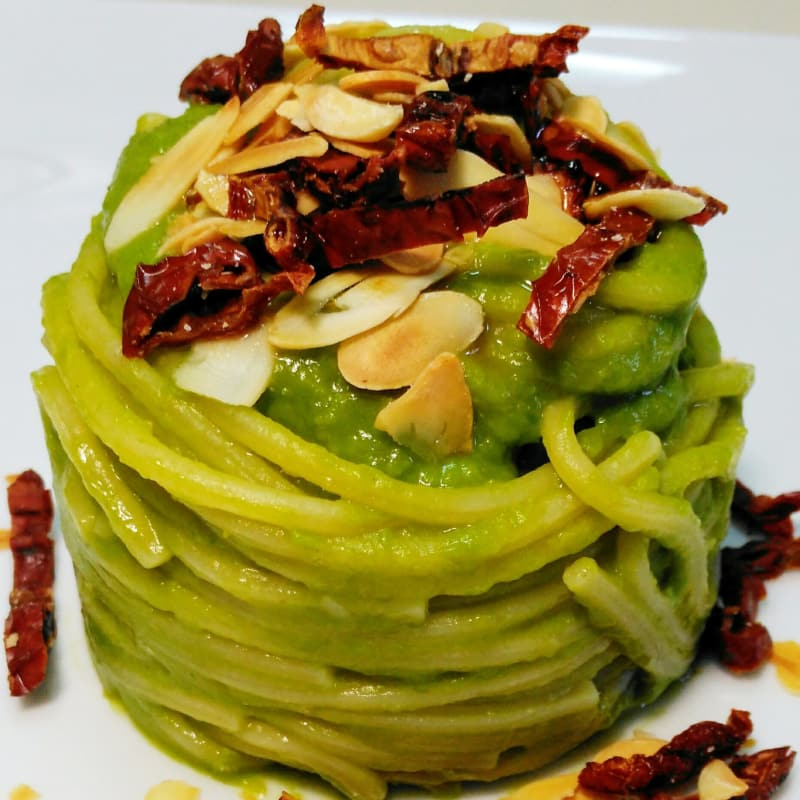 Spaghetti with cream of peas, almonds and dried tomatoes.