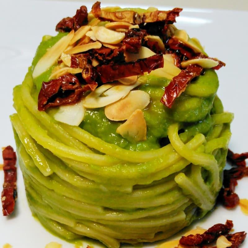 Spaghetto alla crema di piselli, mandorle e pomodori secchi.