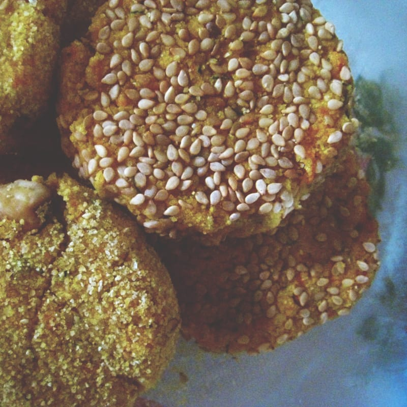 Albóndigas guisantes hierba y zanahorias