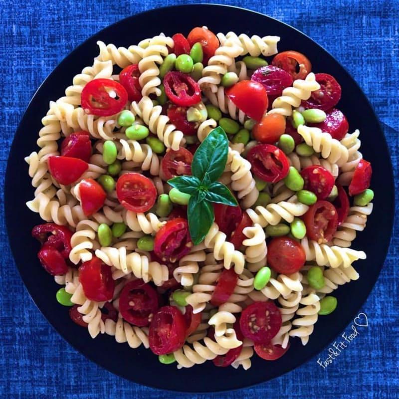 pasta fría vegetariana con tomates y edamame