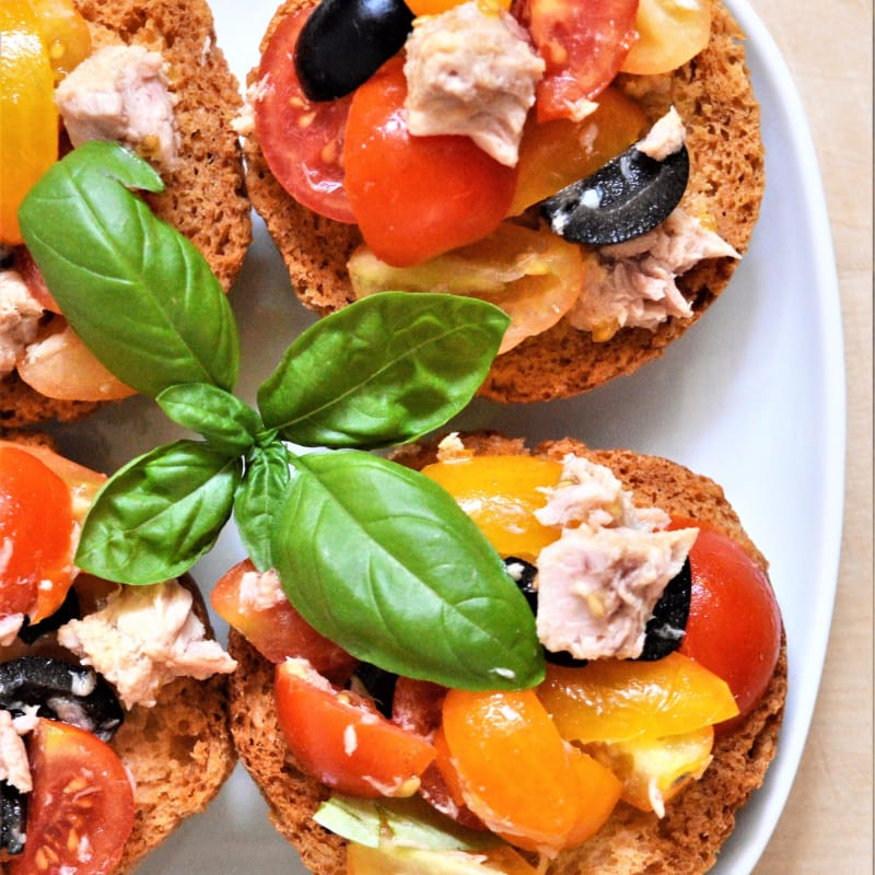 Frise con pomodorini, tonno, olive nere e basilico fresco
