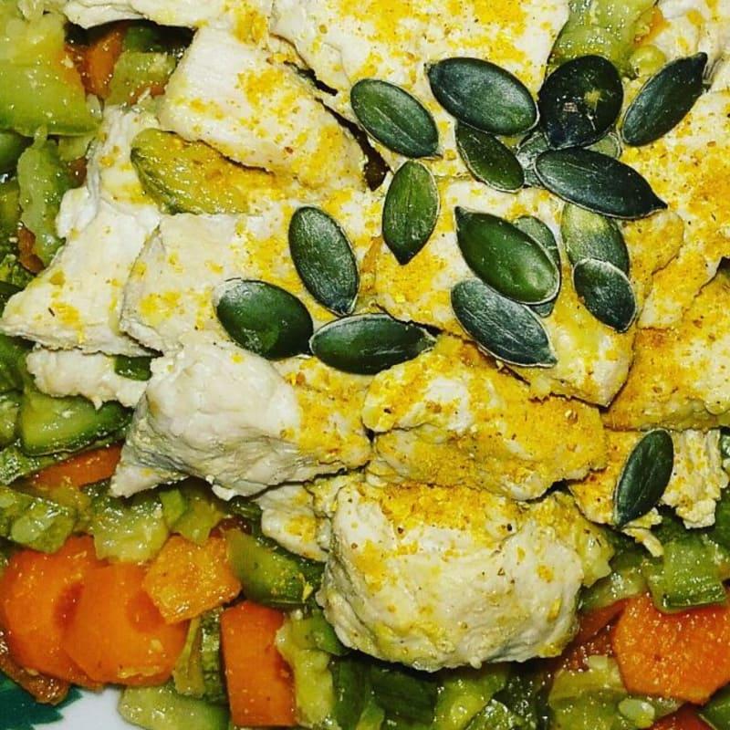 Turquía con el calabacín y zanahorias al aroma de coco y el curry