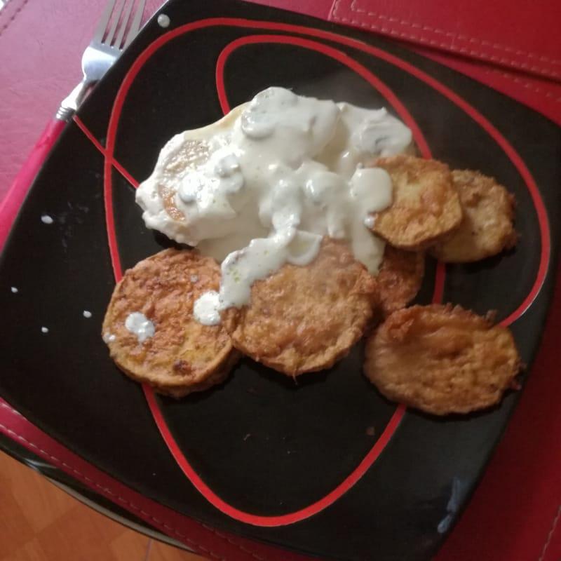 Berenjena con nuez acompañado de pollo en salsa blanca