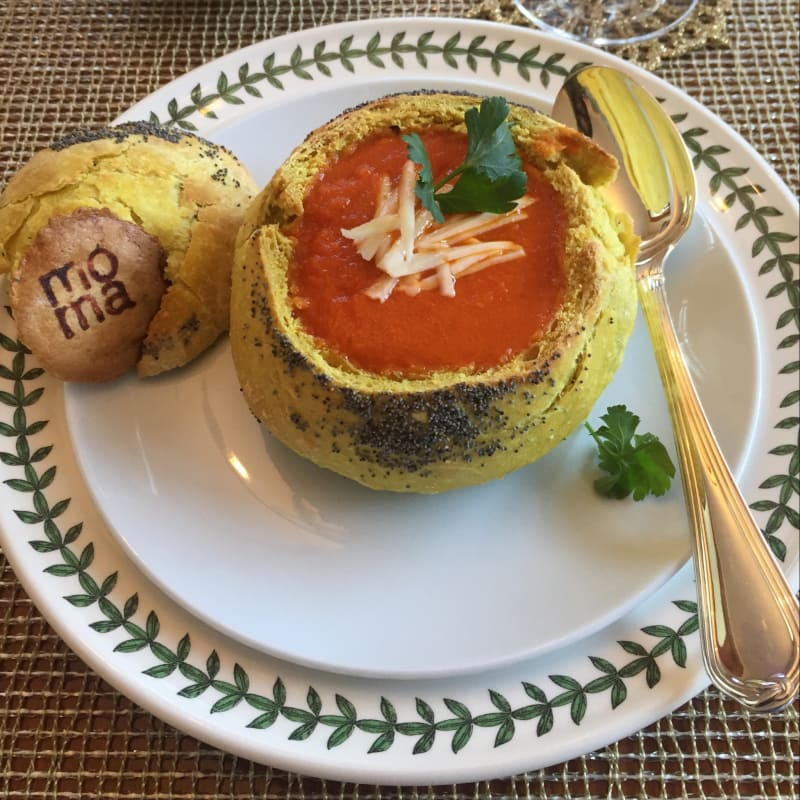 Sopa de tomates asados en bread bowls Mazza Moma