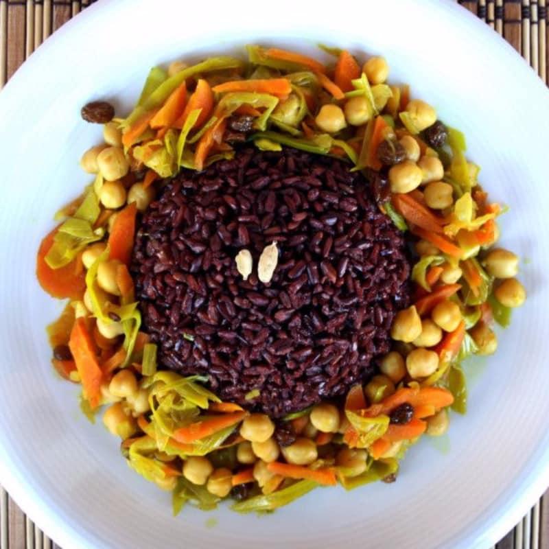 El arroz integral parecían negro con masala del garbanzo