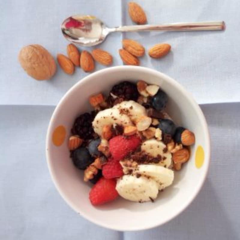 Overnight porridge con frutti di bosco, mandorle, noci e cioccolato