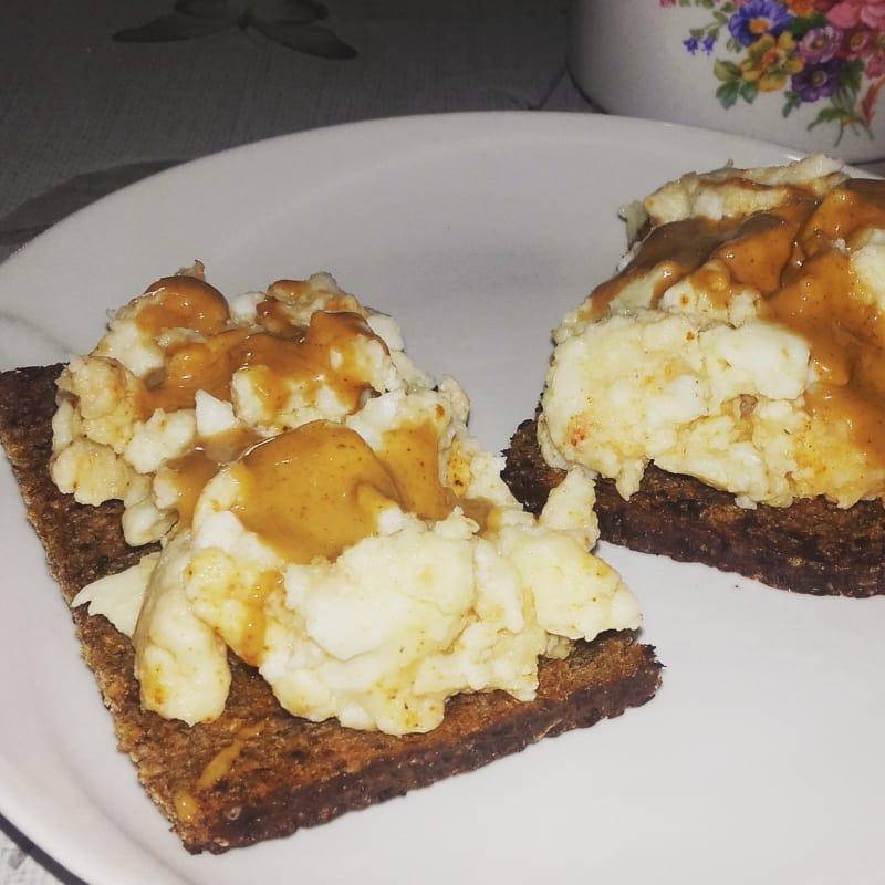 pan integral de centeno con curry de huevo, pimienta negro y ara la mantequilla