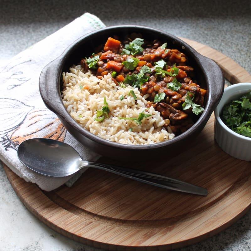 Chile agridulce de lentejas con arroz integral y cilantro