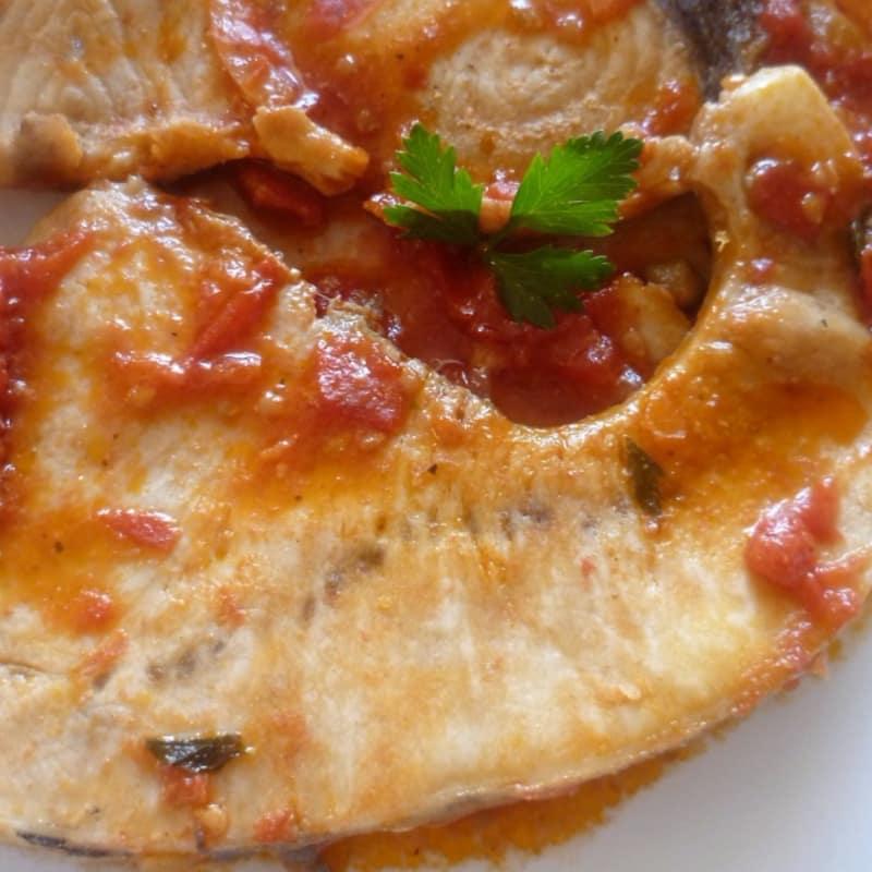 El pez espada con tomate y cebolla