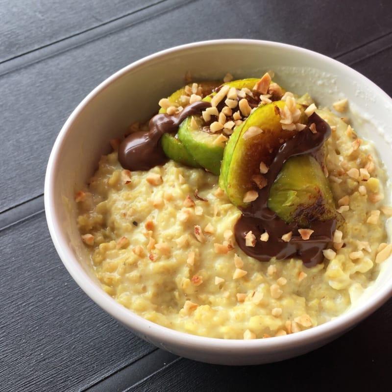 Porridge alla curcuma e vaniglia con fichi tostati e crema al cacao