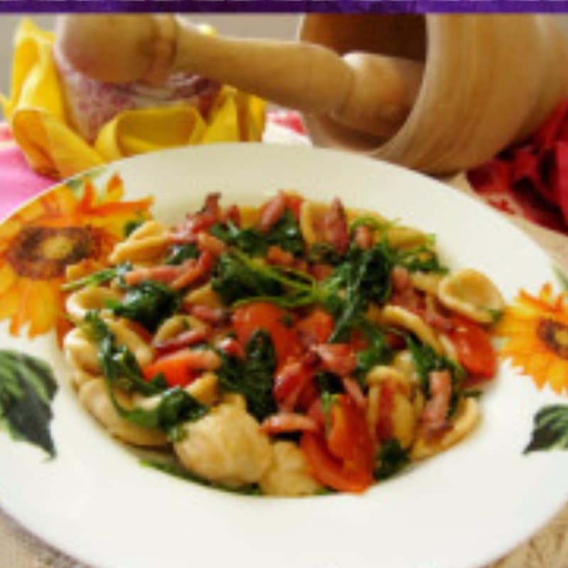 Pasta integral con tomate, rúcula y crujiente de panceta
