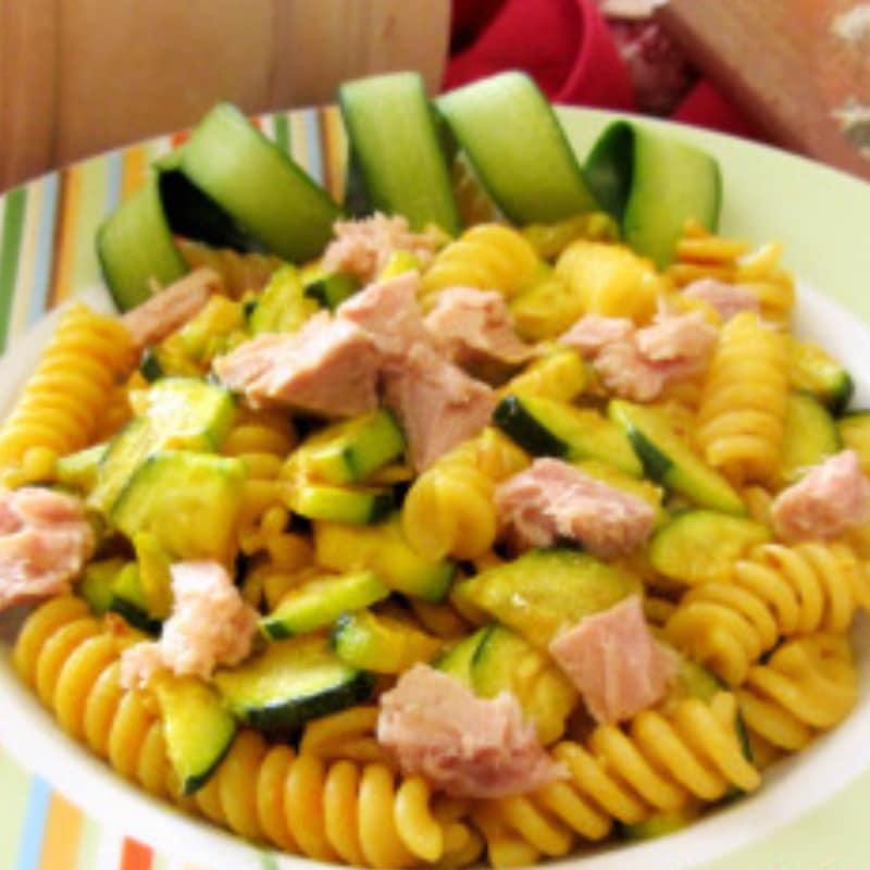 pasta fría con el calabacín, el atún y la cúrcuma