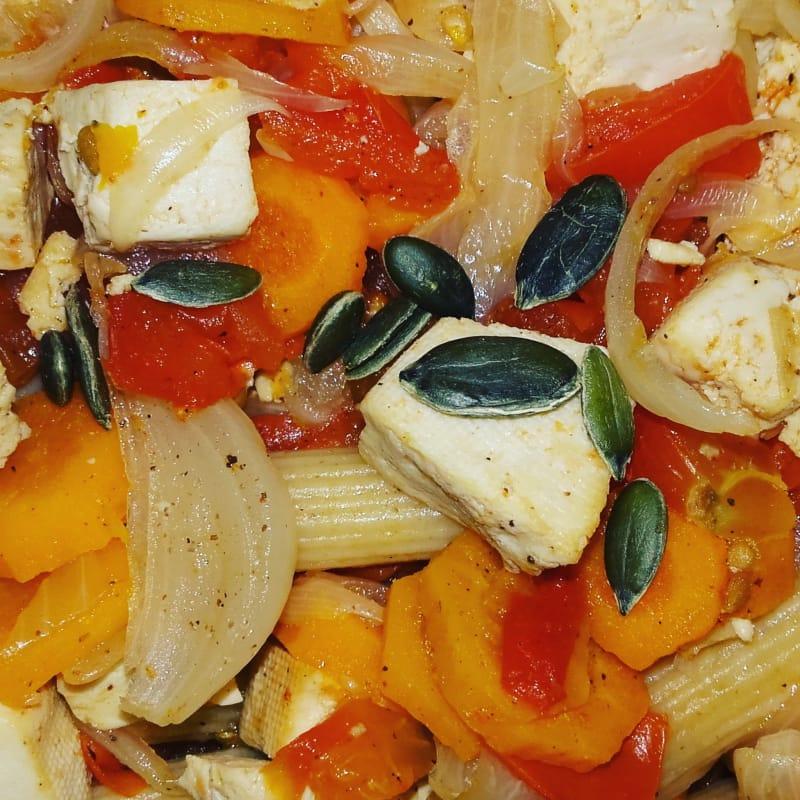 kamut Penne con tofu salteado con tomate y zanahoria