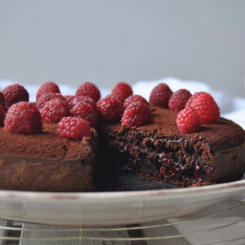 pastel de chocolate con frambuesas y corazón de café