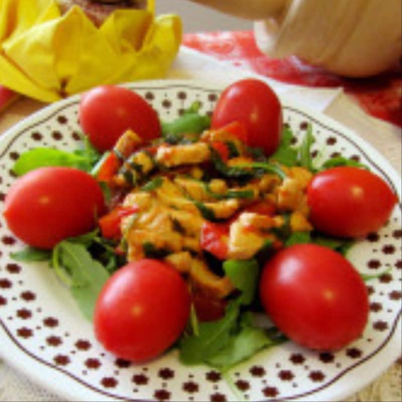 Tiras de pechuga de pollo con rúcula y tomates cherry