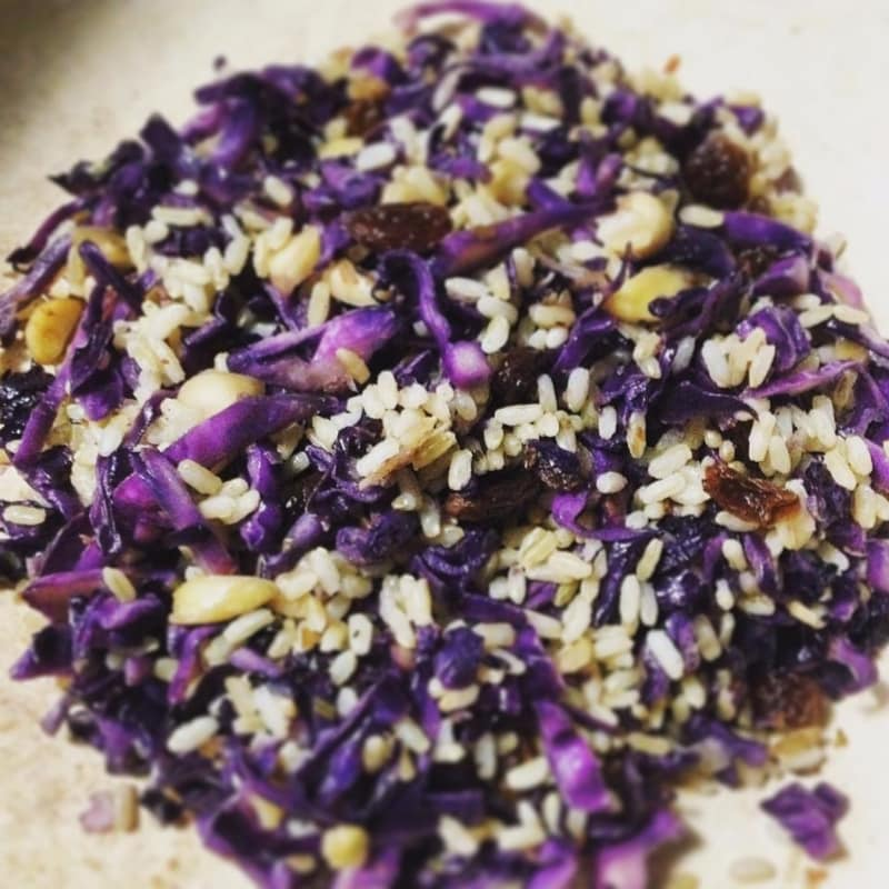 Wholemeal rice with purple cabbage, almonds and raisins