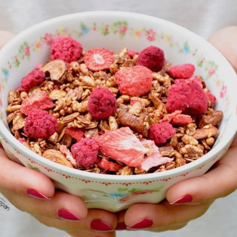 Cacao de granola con fresas y frambuesas
