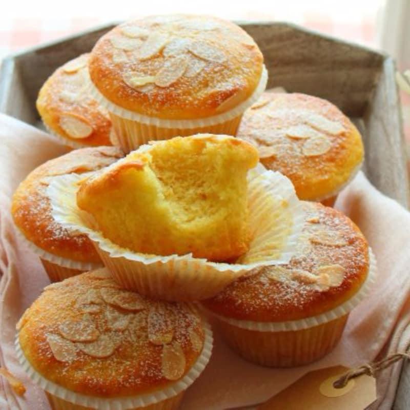 Magdalenas de yogurt suave, limón y almendra sin mantequilla