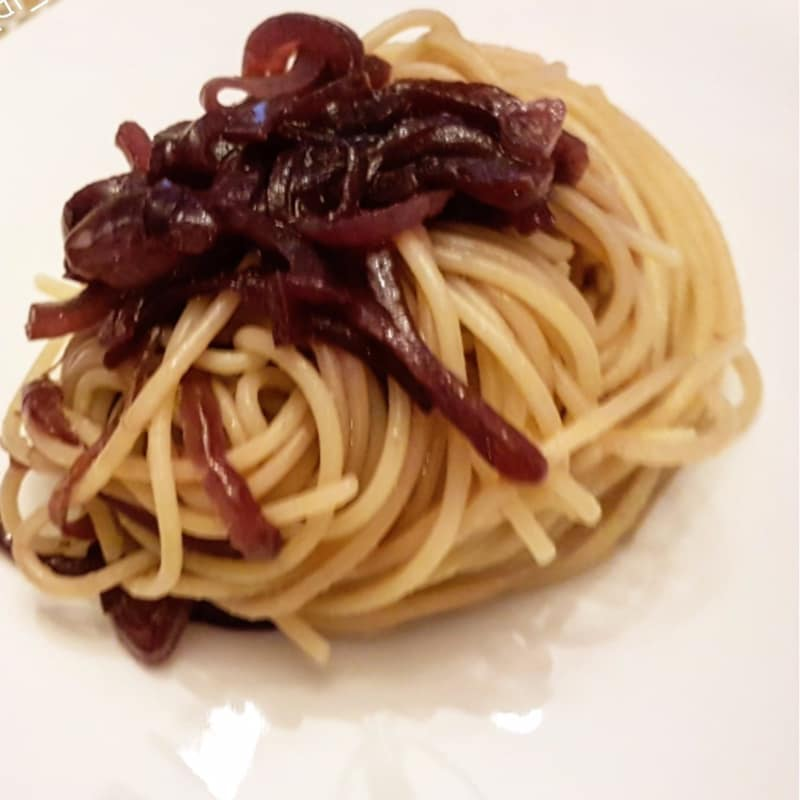 Spaghetti with Tropea onion and Black Avocado