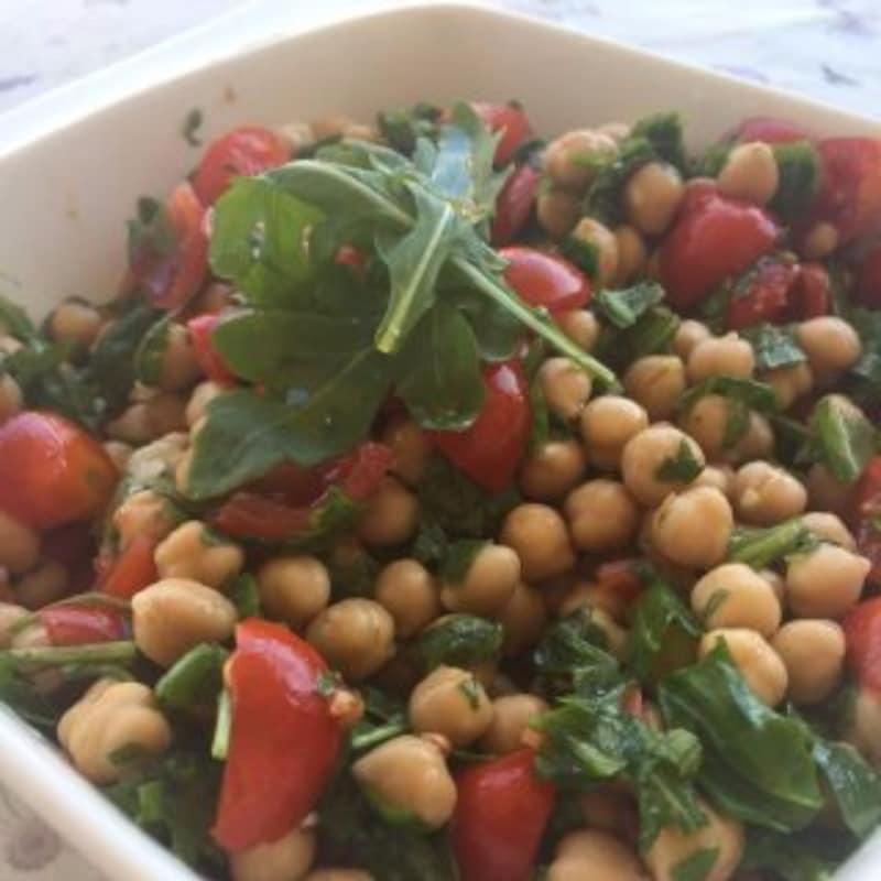 ensalada garbanzo frío, tomates cherry y rúcula