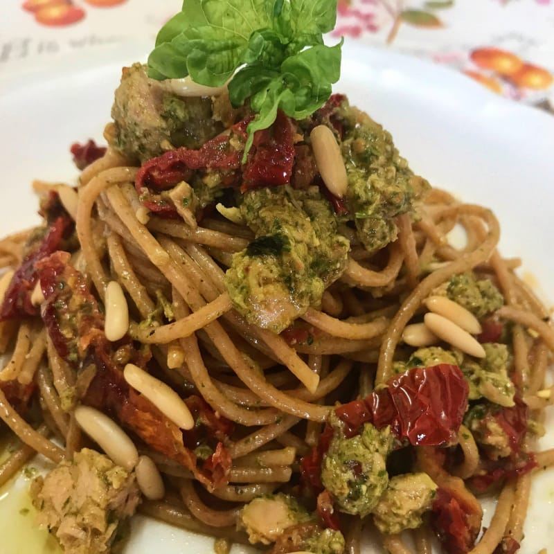 espaguetis integrales con pesto de albahaca, tomates secados al sol y el atún