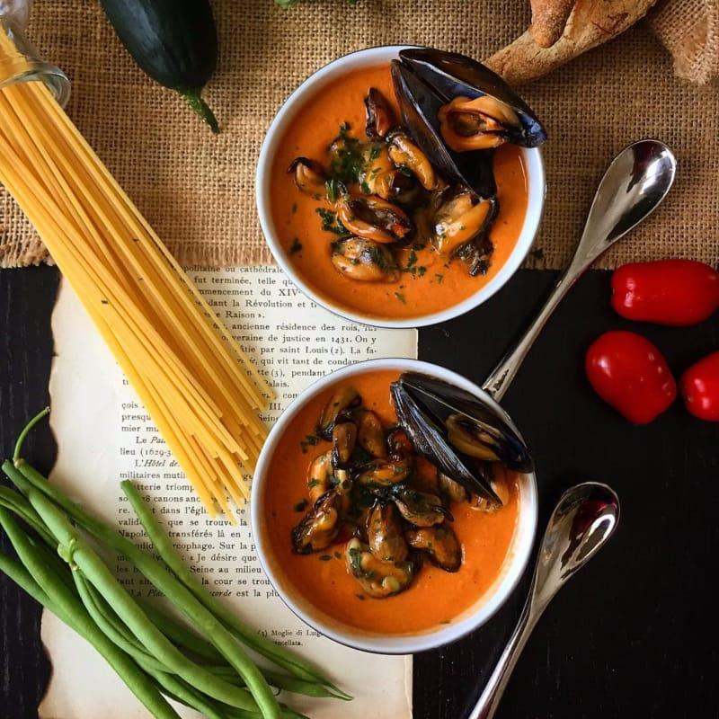 tomate y pepino gazpacho con albahaca con mejillones
