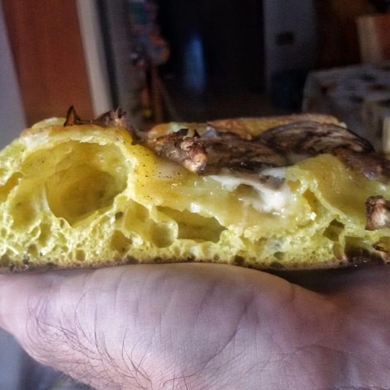 Pizza en la cúrcuma sartén con virutas de berenjena y ciruela