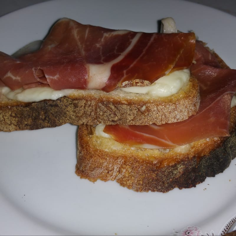 Crostini con jamón crudo y queso mozzarella