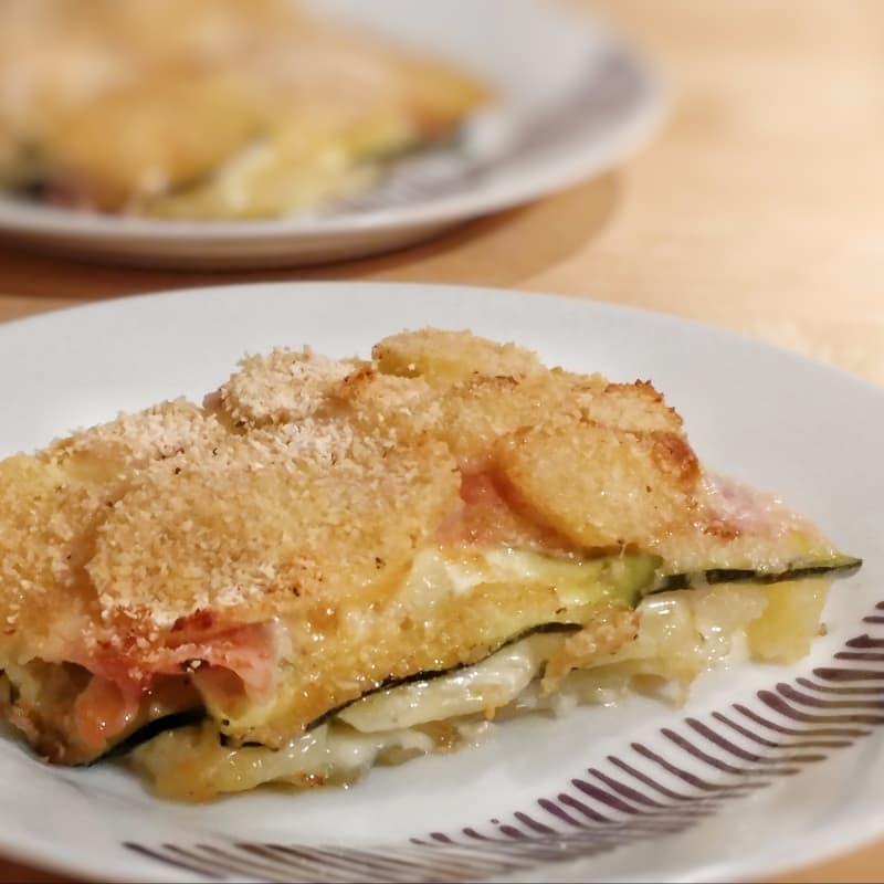 Milhojas de patatas con calabacín, queso y jamón