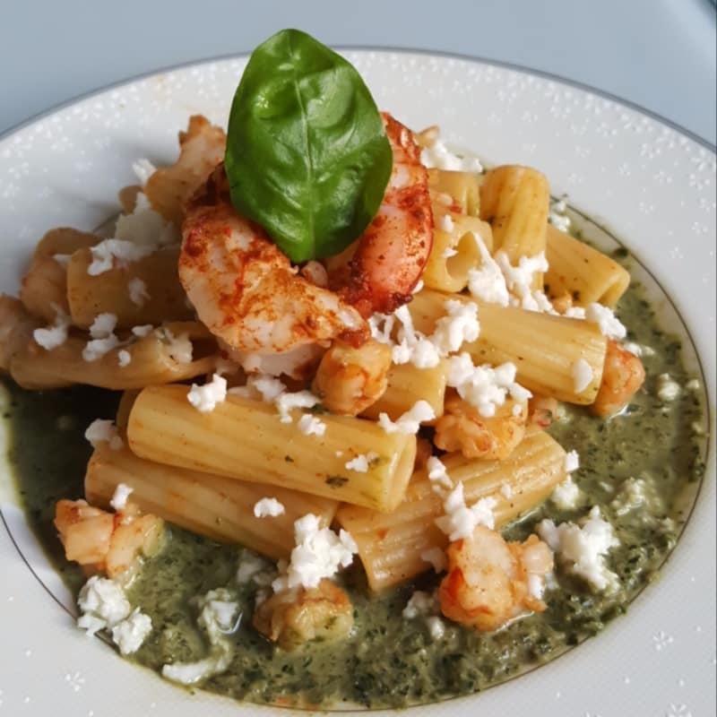 Tortiglioni con mozzarella, gambas con pimentón y salsa de albahaca
