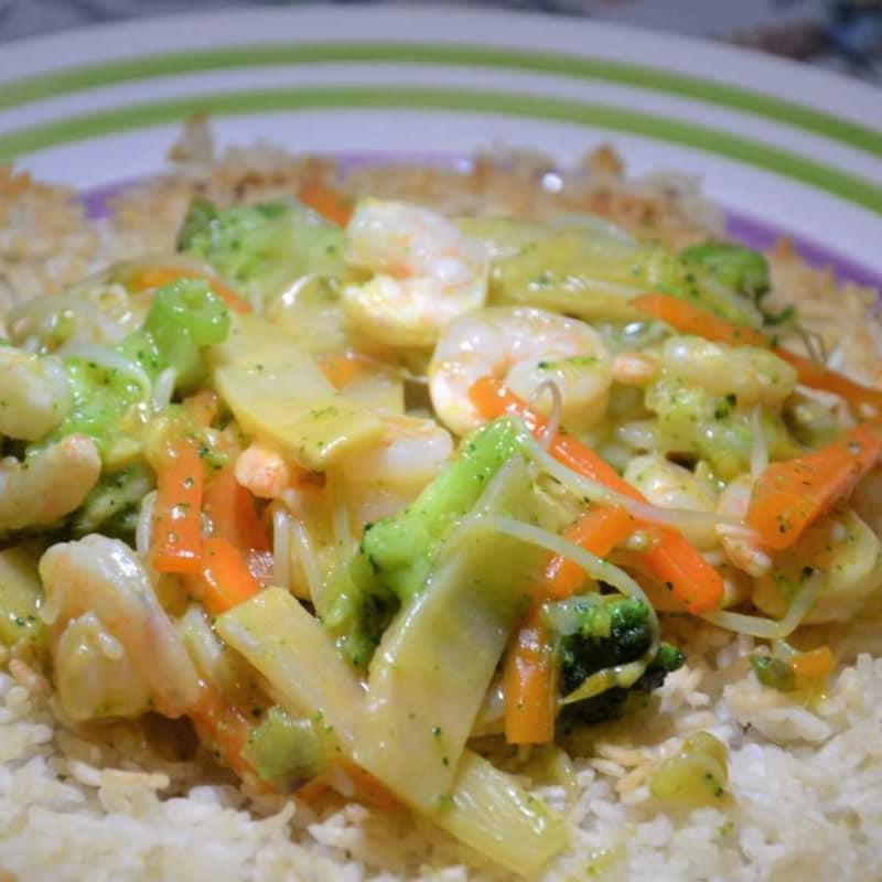 arroz crujiente galleta con verduras y camarones salteados