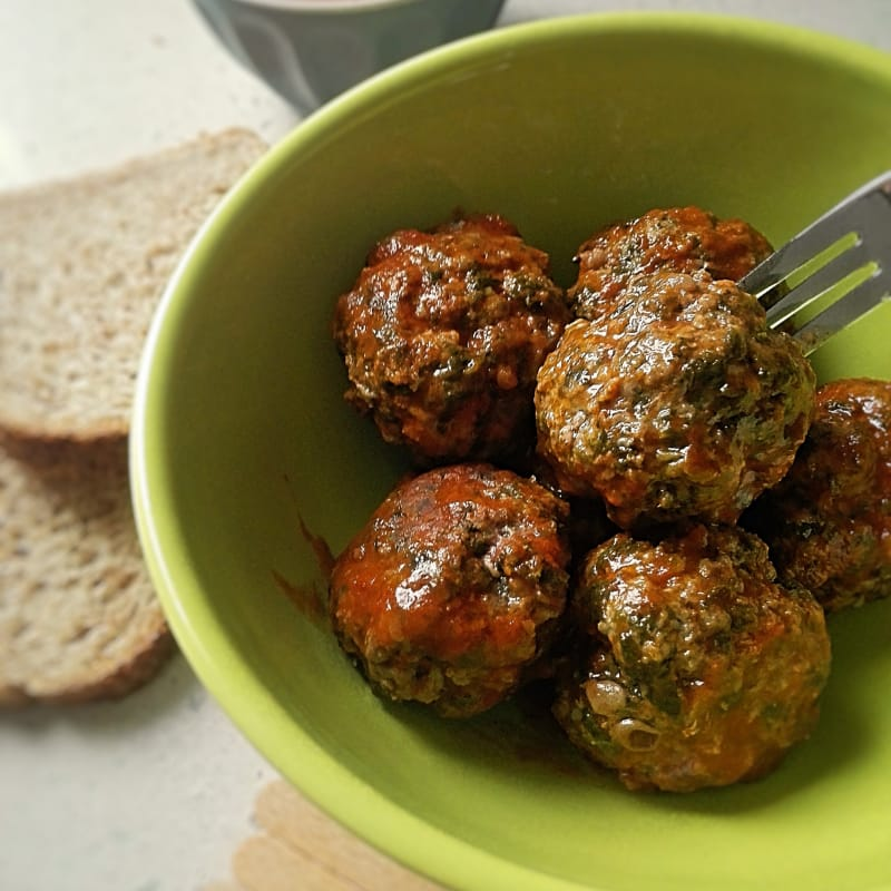 Meatballs with beetroot with tomato sauce