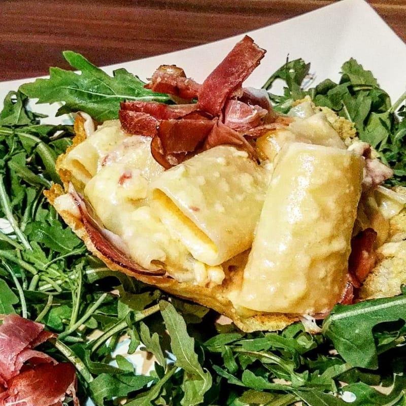 Paccheri con fondue Olandese e Speck in guscio di Parmigiano.