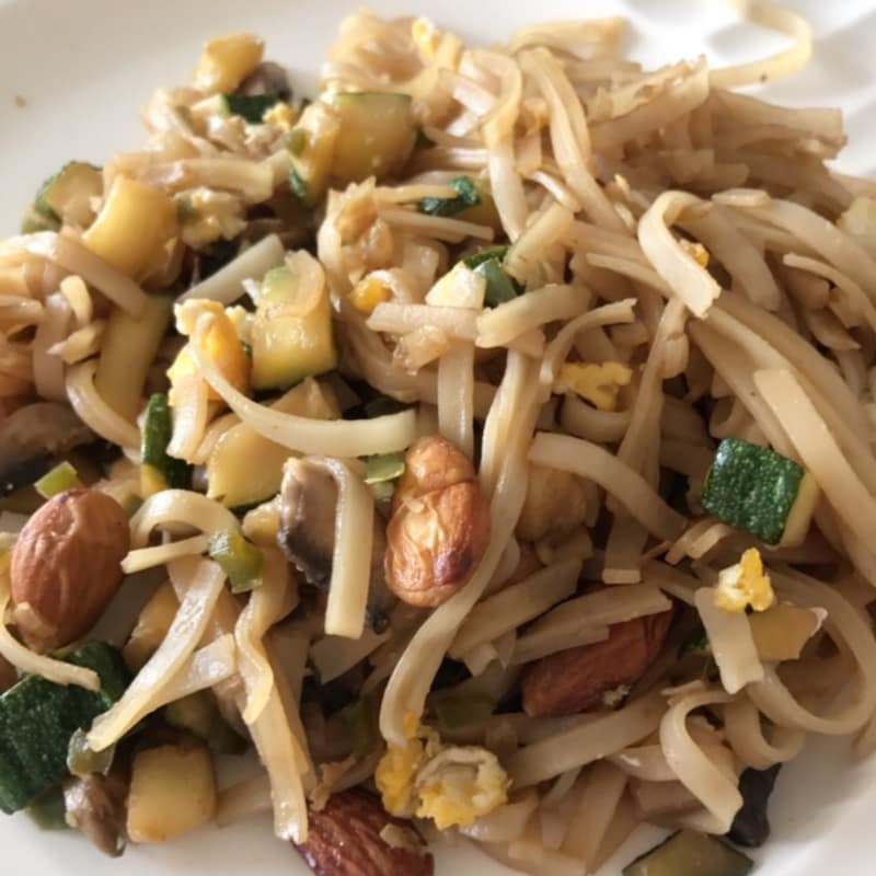 Sautéed rice noodles with vegetables and almonds