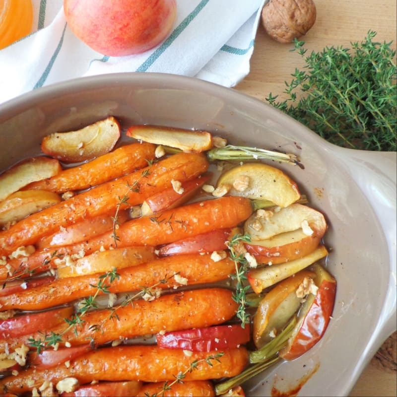 Las zanahorias y las manzanas asadas con miel y nueces