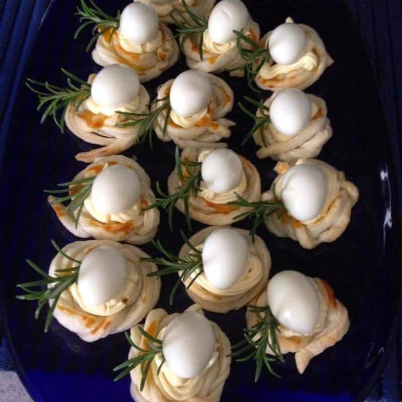 huevos de codorniz en el nido de hojaldre