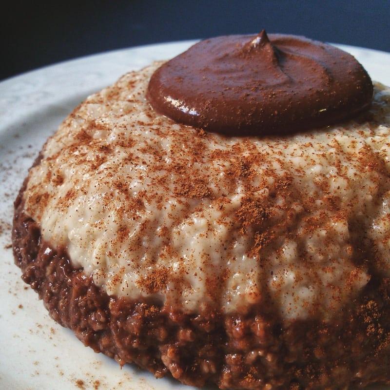 gachas de cacao y la canela en una taza con crema de cacao