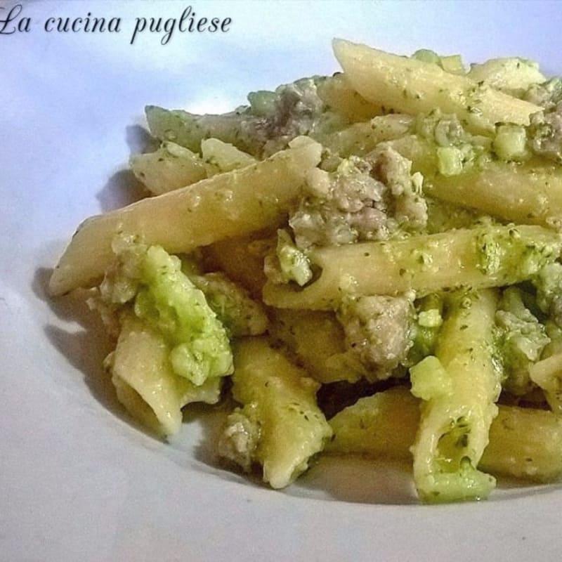 Penne con brócoli y salchicha