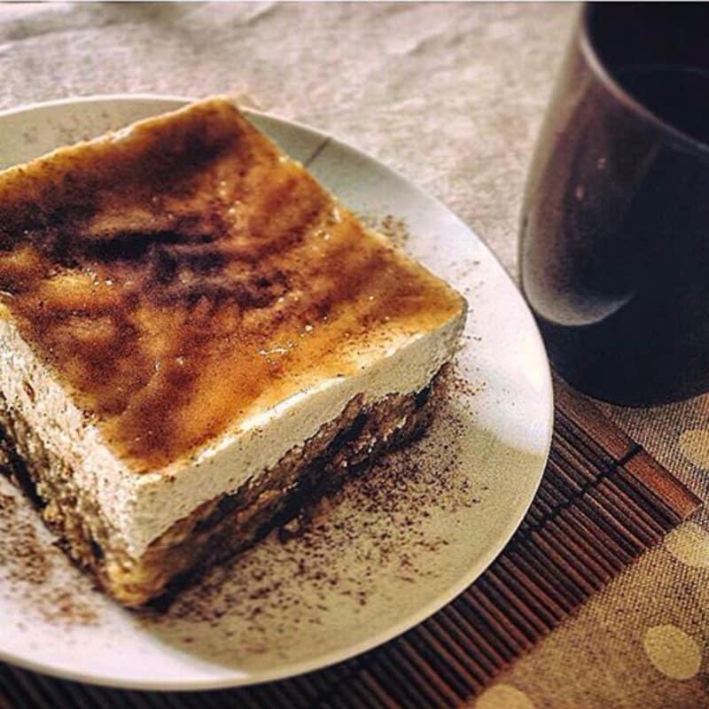 Pastel de queso de manzana, pasas y canela