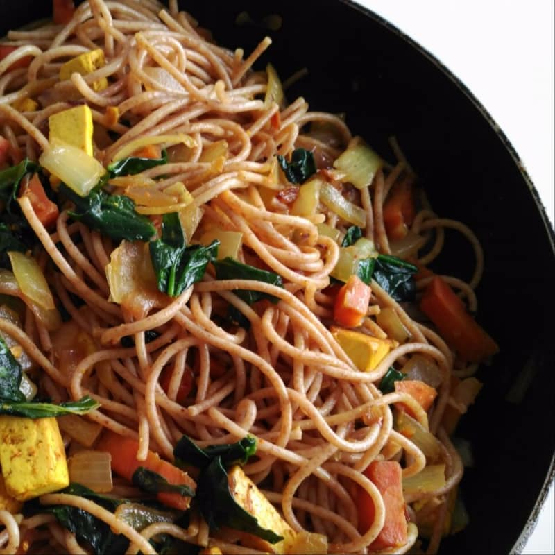 Espaguetis con tofu al curry